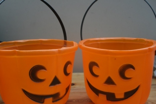 Second hand Halloween buckets via secondhandtales.wordpress.com